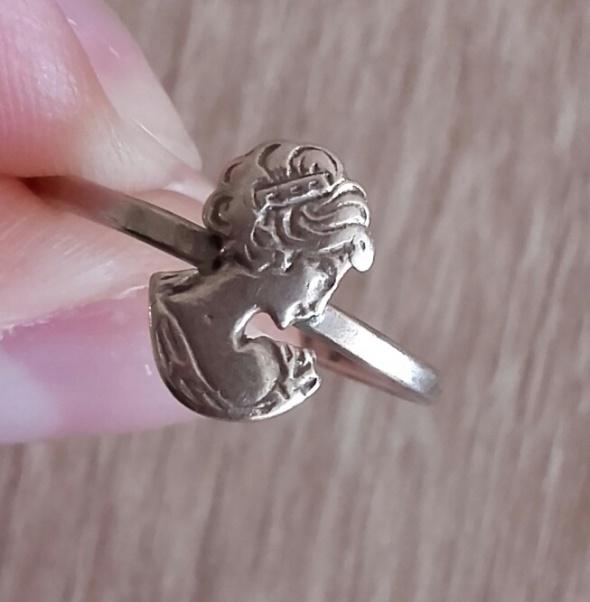 Warmet srebrny pierścionek z kameą