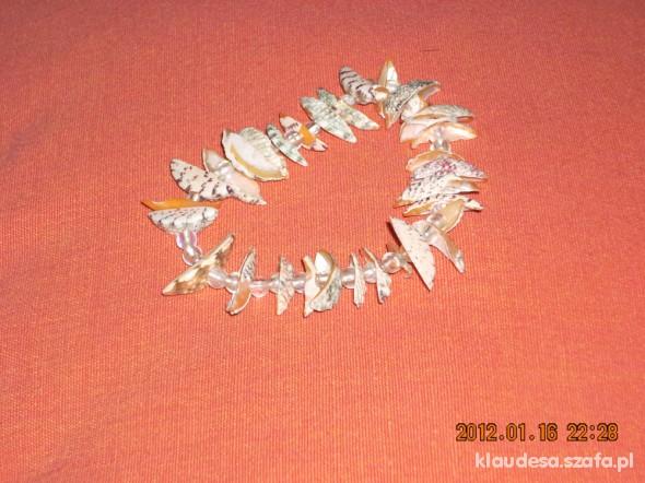 bransoletka z kawałeków kolo muszelek z koralikami