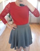 różowa bluzka szara spódnica...