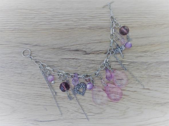 bransoletka z różowymi kamyczkami