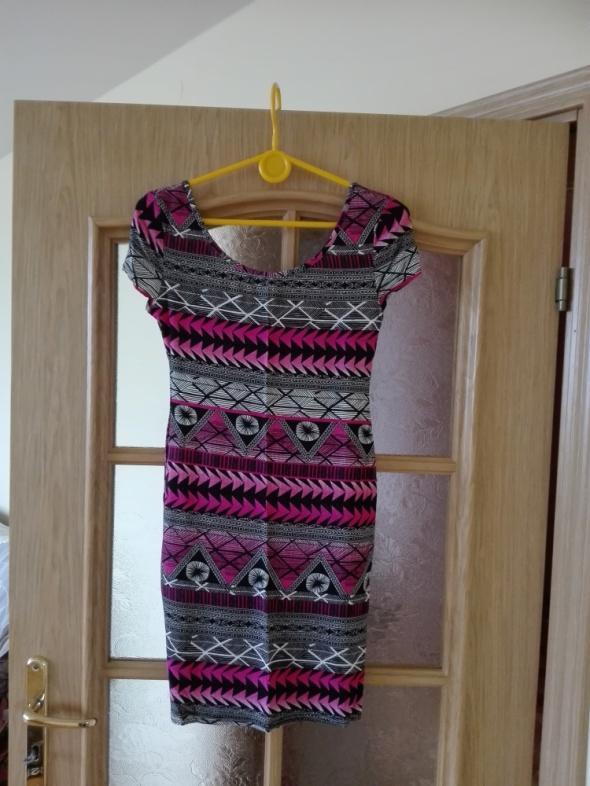 Suknie i sukienki Dzianinowa różowa sukienka we wzory Rozmiar 34