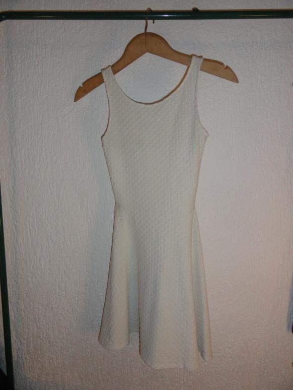 Biała sukienka rozkloszowana C&A...