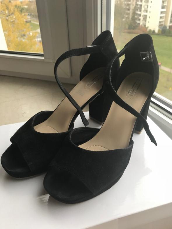 Skórzane sandałki czarne na słupku rozmiar 40...