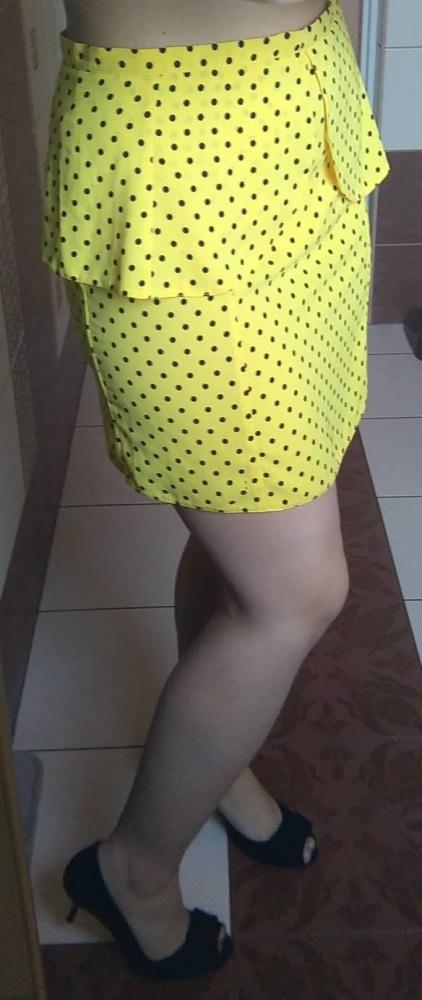 Żółta spódniczka mini w kropki
