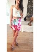 krótka dopasowaniamini spódniczka karbowana kwiaty różowe lilie...