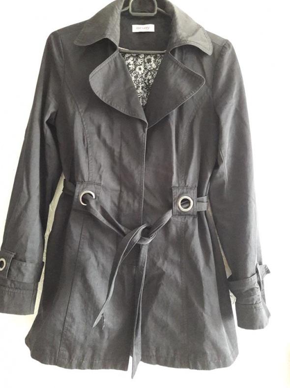 Idealny czarny płaszczyk z paskiem S...