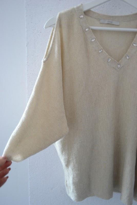 Sweter beżowy ze złotą nitką odkryte ramiona 36 S