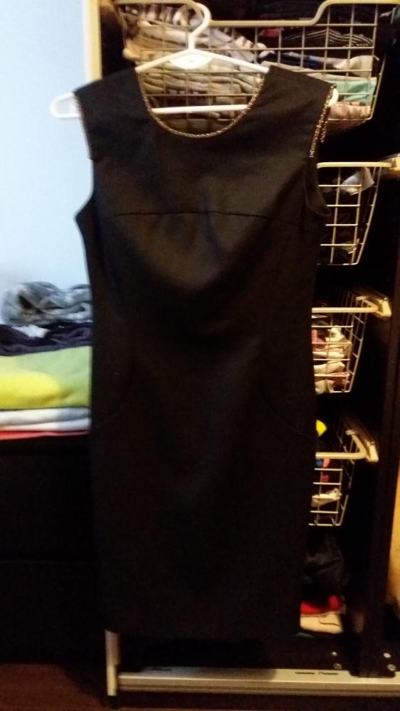Czarna sukienka ze złotym zdobieniem S XS...