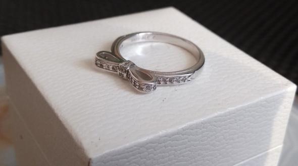 Srebrny pierścionek Pandora kokardka...