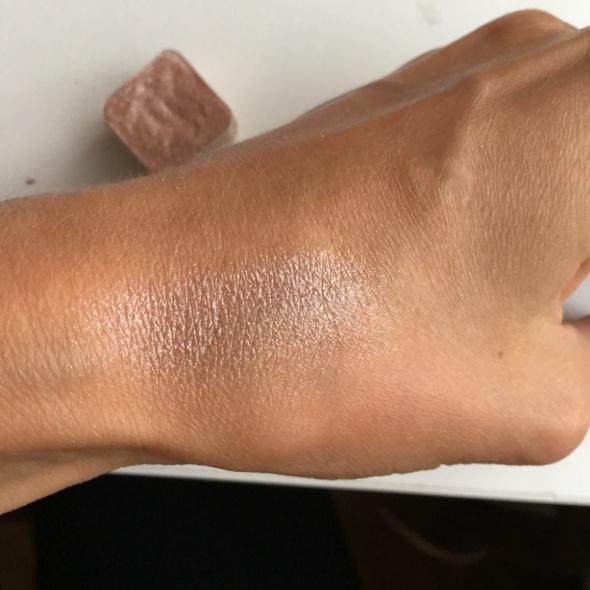 Bezowe cienie z drobinkami Body Shop