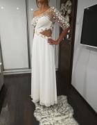 Lśniąca biała suknia na jedno ramię...