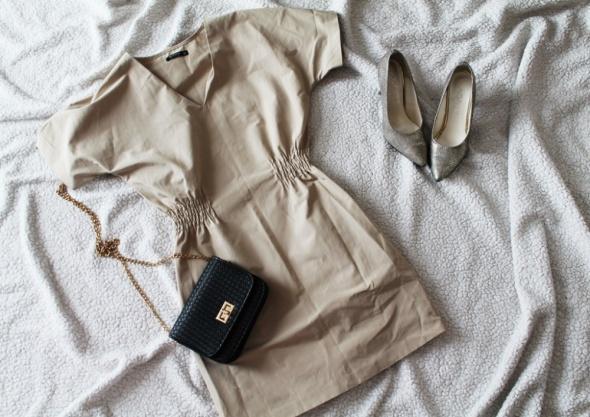 Sukienka Reserved beżowa...