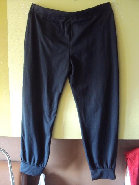 czarne spodnie dresowe z kieszonkami na suwaki