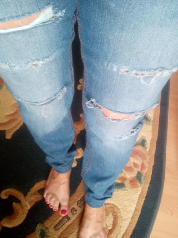 Jeansowe niebieskie spodnie z dziurami