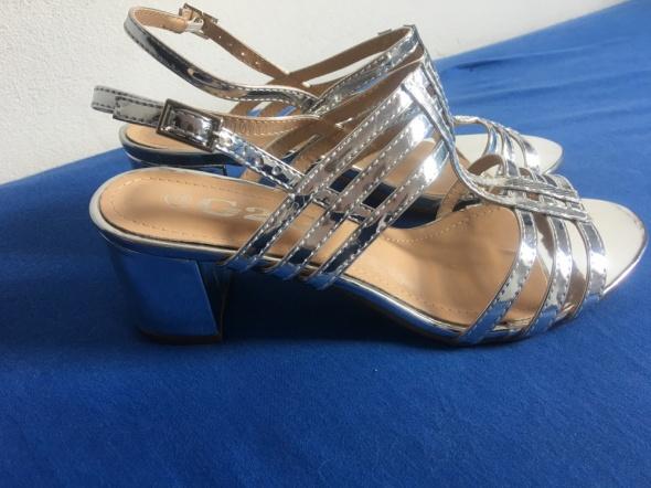 Nowe srebrne sandałki na obcasie 38