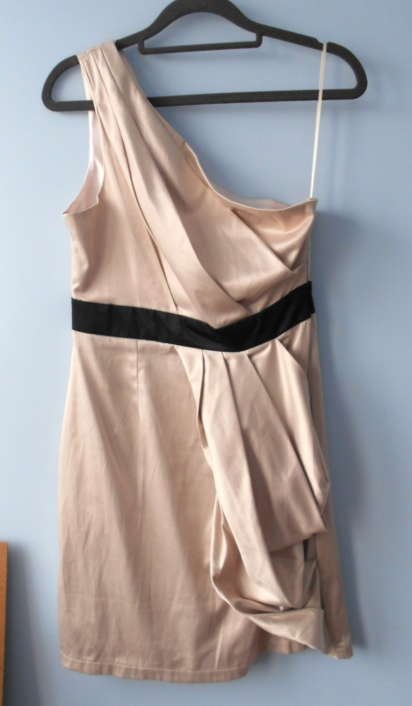Miso sukienka beżowa na jedno ramię satynowa pasek...