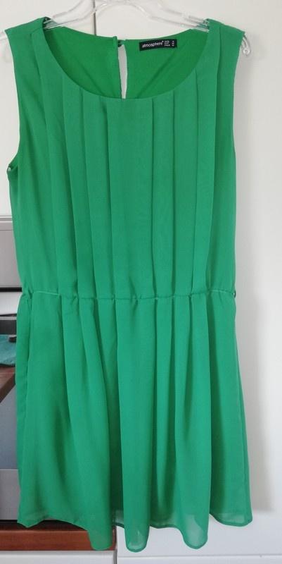 Zielona sukienka z podszewką i plisami