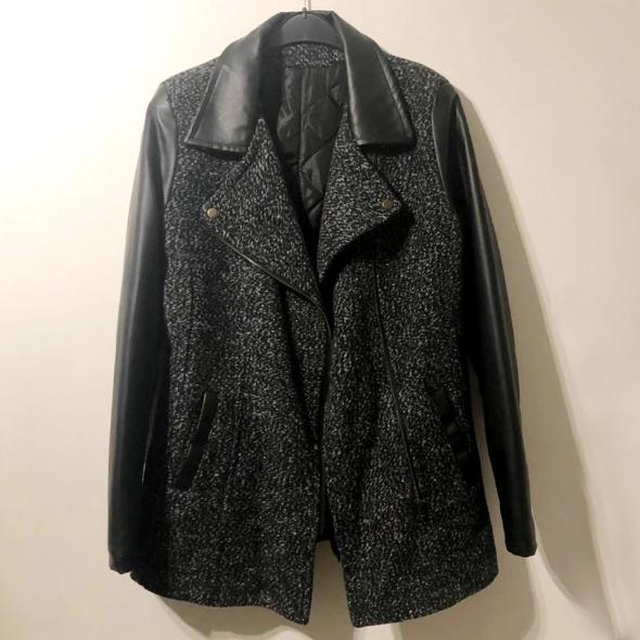 Płaszczyk koloru szarego z czarnymi rękawami