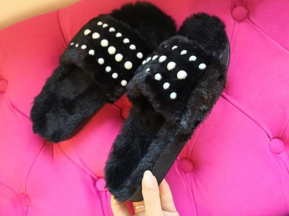 Czarne klapki z futerkiem i perełkami