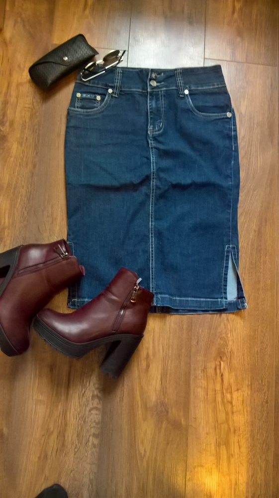 Obcisła jeansowa spódnica