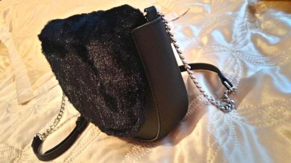Puchata czarna torebka