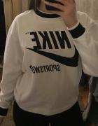 Biała bluza Nike z czarnym nadrukiem...