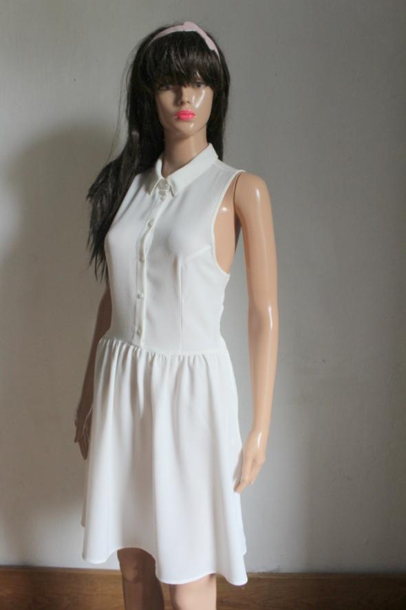 Biała sukienka z kołniezykiem r S