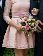Różowa sukienka rozkloszowana z odkrytymi ramionami