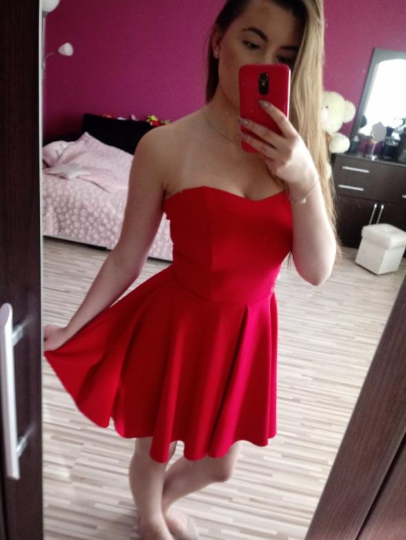 Czerwona sukienka z dłuższym tyłem