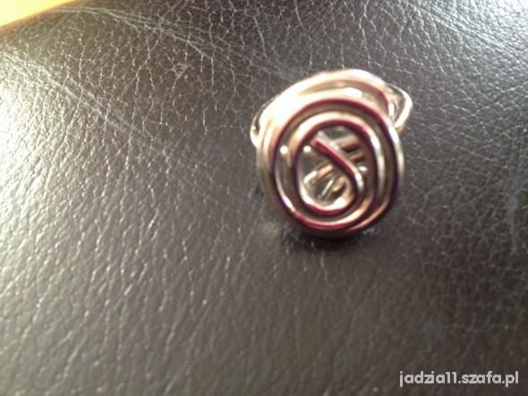 piękny skręcany pierścionek inny niż wszystkie
