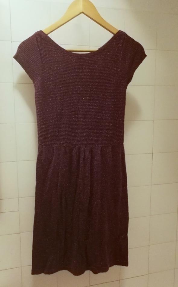 fioletowa sukienka zdobiona mieniącą nitką