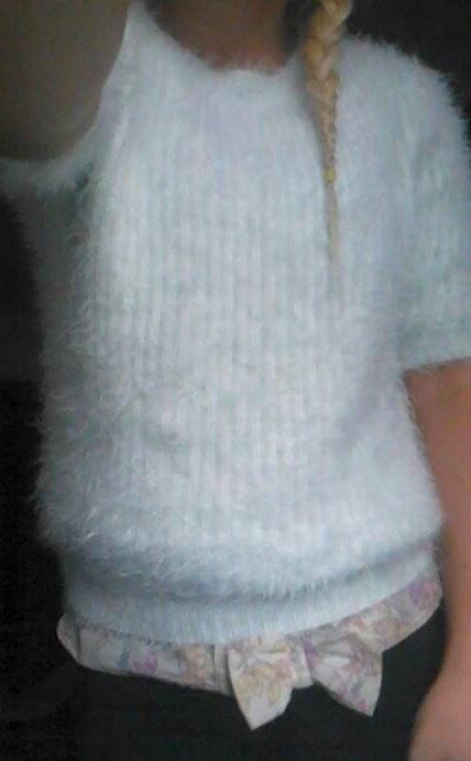 Włochaty puchacz turkusowy sweter biały atmosphere