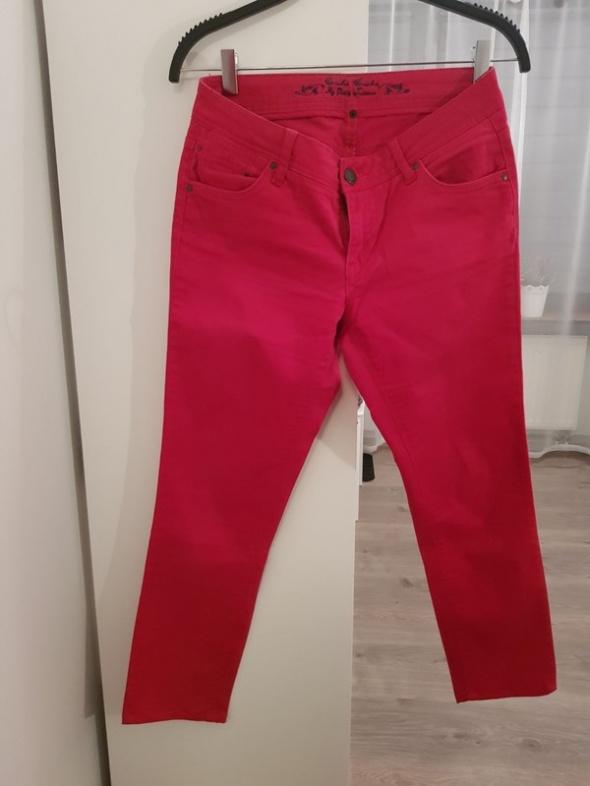 Czerwone jeansowe spodnie...