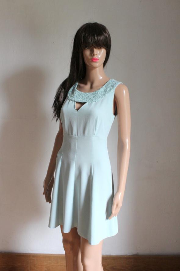 Elegancka turkusowa sukienka na ramiączkach r około M