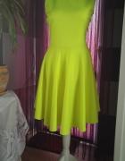 neonowa asymetryczna sukienka z gołymi plecami...