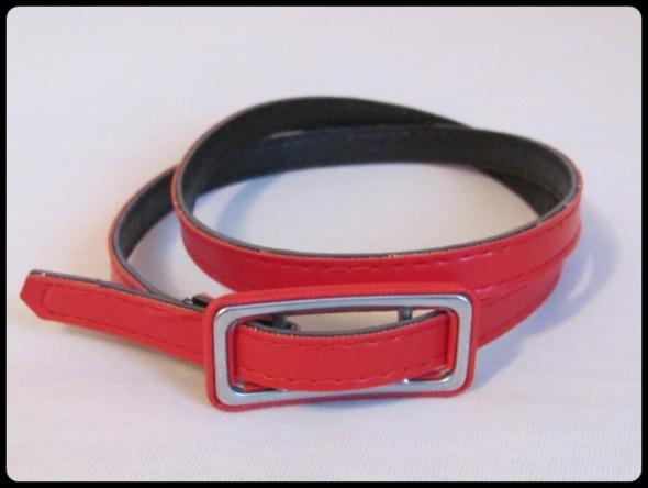 Cienki czerwony pasek o długości ok 90 cm