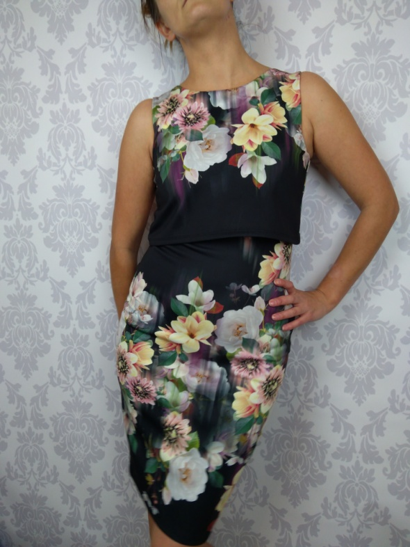 Śliczna ołówkowa dopasowana sukienka w kwiaty Lipsy London