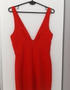 Czerwona sukienka z głębokim dekoltem ZARA...