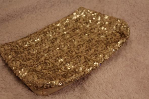 Złota kopertówka z cekinami