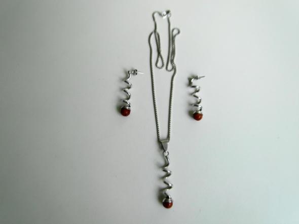 Ciekawy kKomplet srebrnej biżuterii z koralem wisior łańcuszek i kolczyki