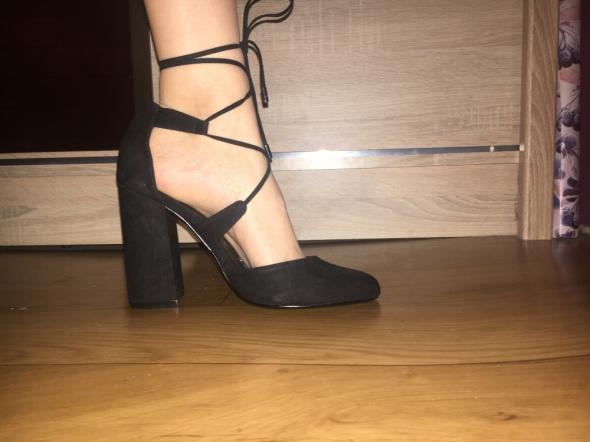Buty wiązane na słupku...