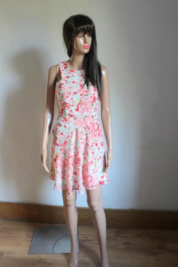 Koktajlowa sukienka w kwiatki rozkloszowana gołe plecy r XS