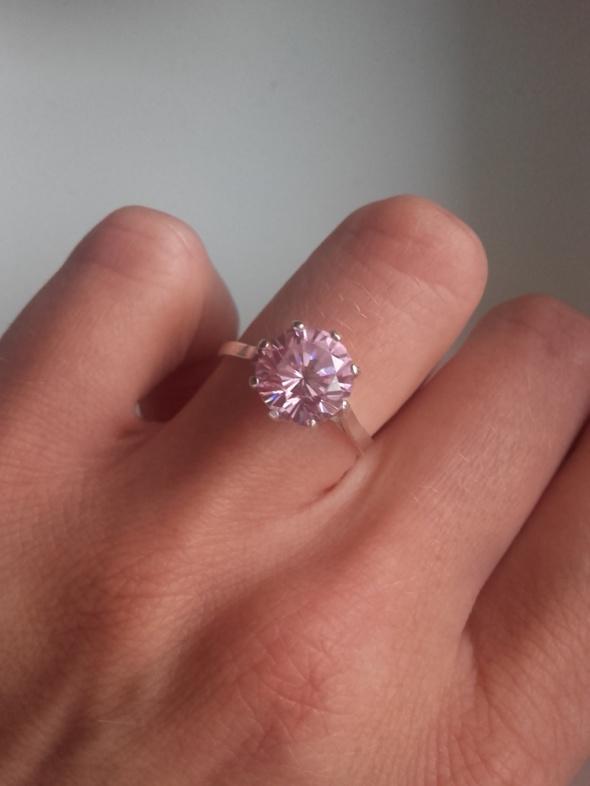 Srebrny pierścionek z dużą różową cyrkonią 178 mm
