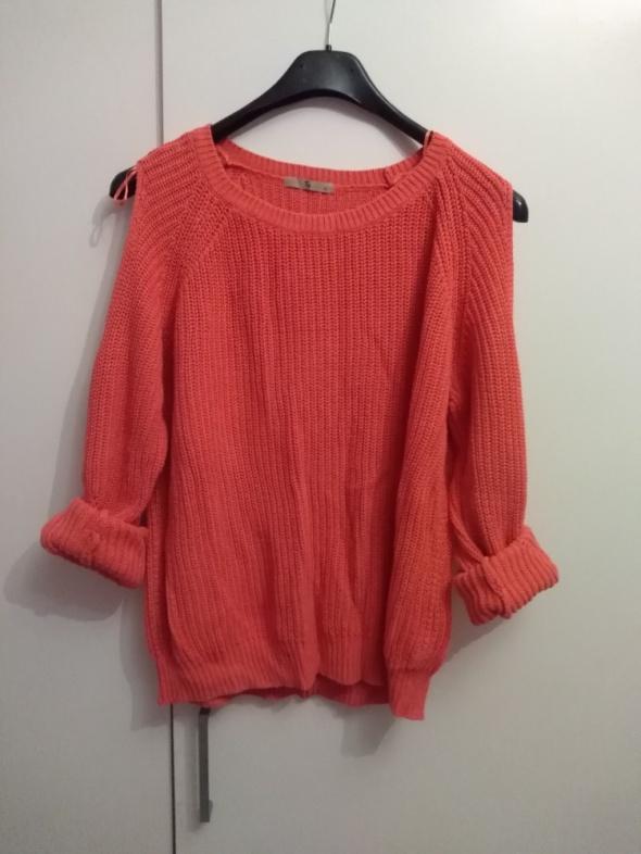 sweter z odkrytymi ramionami...
