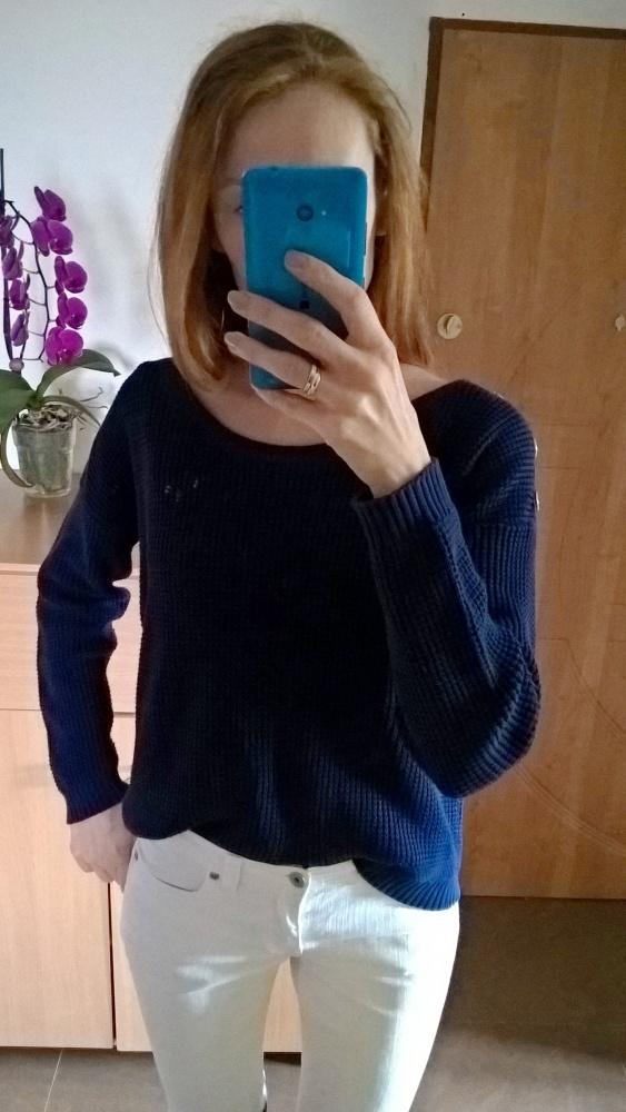 Granatowy sweterek z guzikami C&A...