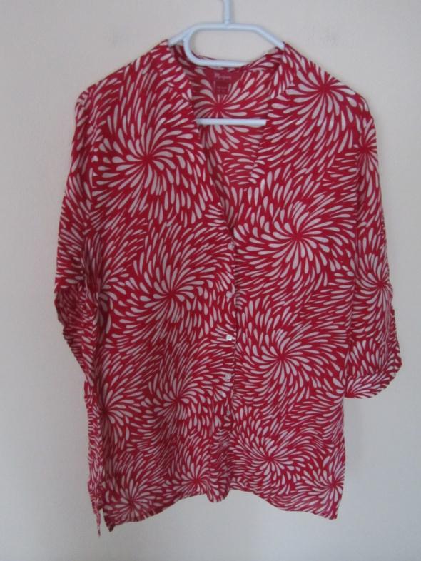 cienka czerwona koszula