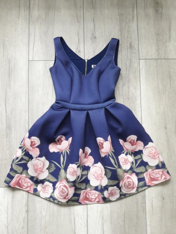 Rozkloszowana granatowa sukienka w róże