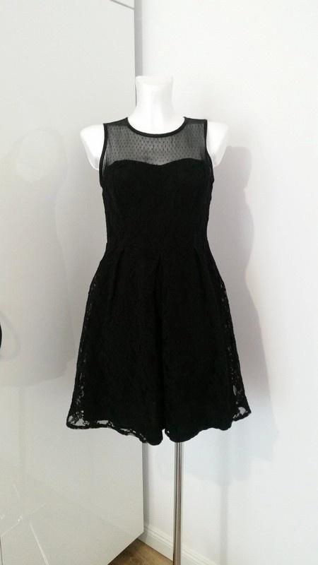 Czarna rozkloszowana sukienka z tloczonymi kwiatkami koronka Sylwester Studniowka