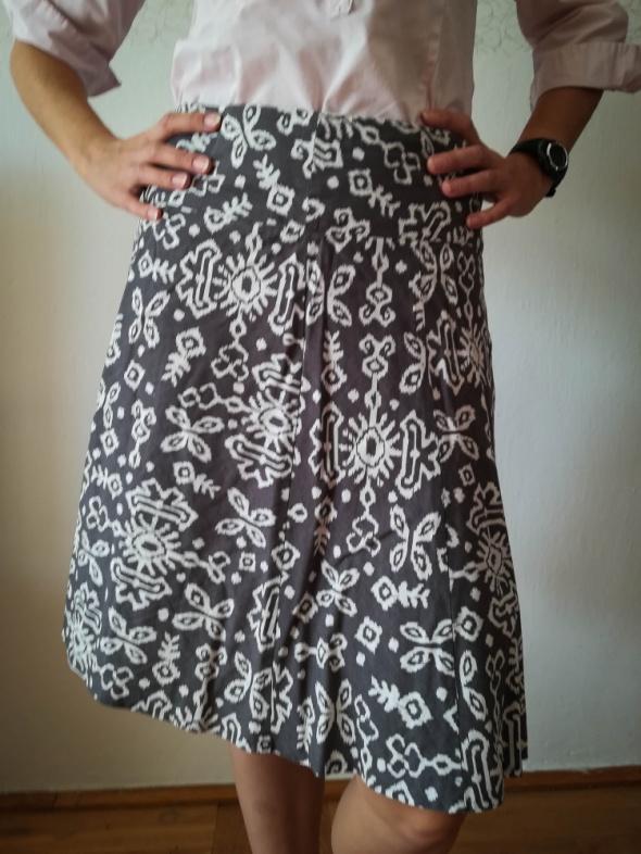 Szara rozkloszowana spódnica we wzorki