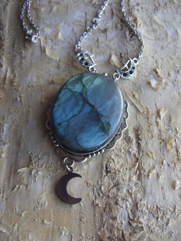 Naszyjnik z niebieskim labradorytem i księżycem